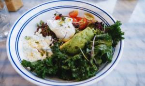 Huevos con Cúrcuma y Kale
